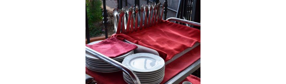 Serveren aan een keurig gedekte tafel